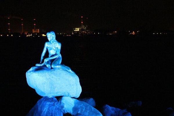 perierga.gr - Στα μπλε φωτίστηκαν σημαντικά ιστορικά μνημεία του κόσμου!