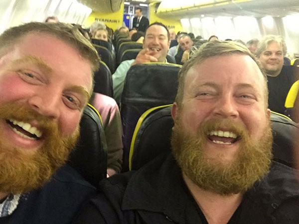 perierga.gr - Επιβάτης βρήκε το σωσία του στο αεροπλάνο!