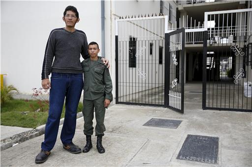 perierga.gr - Ο άνθρωπος με τα μεγαλύτερα πόδια φοράει 62 νούμερο παπούτσι