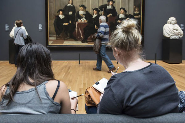 perierga.gr - Μουσείο απαγορεύει τις κάμερες και επιβάλλει τη ζωγραφική!