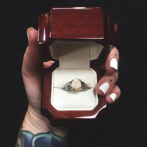 perierga.gr - Πρόταση γάμου με μονόπετρο... με φρονιμίτη!