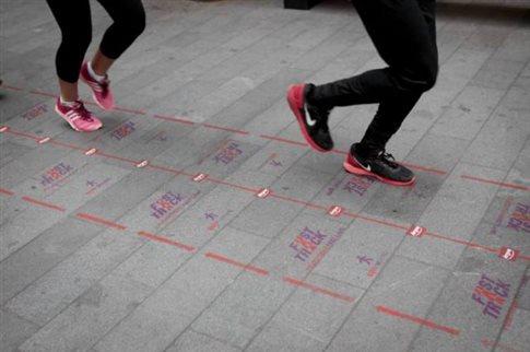 perierga.gr - Το Λίβερπουλ αποκτά πεζοδρόμια «ταχείας κυκλοφορίας»!