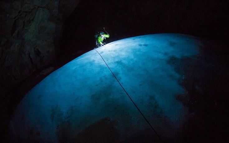 "perierga.gr - ""Βουτώντας"" στις παγωμένες σπηλιές των Βραχωδών Ορέων!"