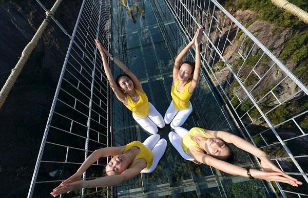 perierga.gr - 100 κορίτσια κάνουν yoga στη μεγαλύτερη γυάλινη γέφυρα!