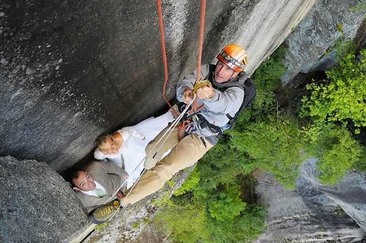 perierga.gr - Φωτογράφος γάμων φωτογραφίζει ζευγάρια σε 100 μέτρα ύψος με θέα το κενό!