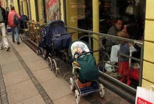 Perierga.gr - Γιατί οι Βόρειοι αφήνουν τα καρότσια με τα μωρά έξω στο πολικό κρύο;