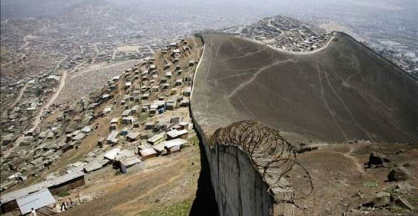 "perierga.gr - ""Το τείχος της ντροπής"" στο Περού χωρίζει φτωχούς & πλούσιους!"