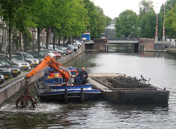 perierga.gr - Ψαρεύοντας... ποδήλατα στα κανάλια του Άμστερνταμ!