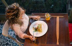 perierga.gr - Τρώμε λιγότερο αρκεί να είμαστε μόνοι και να διαλέγουμε μικρό πιάτο!