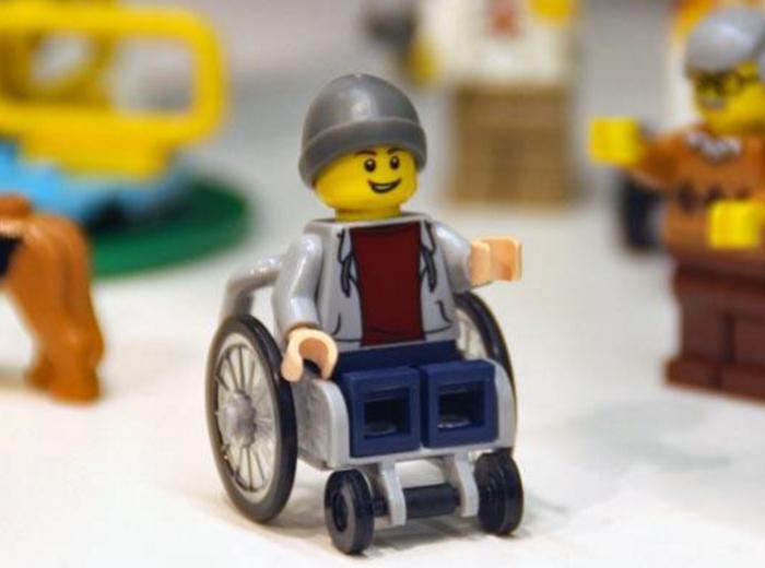 perierga.gr - Φιγούρα της Lego κάθισε για πρώτη φορά σε αναπηρικό αμαξίδιο!