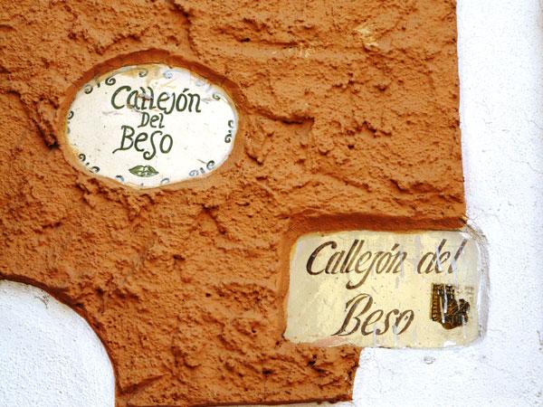 perierga.gr - El Callejon del Beso: Το σοκάκι του φιλιού!