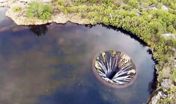 "perierga.gr - Παράξενη ""τρύπα"" σε λίμνη της Πορτογαλίας!"