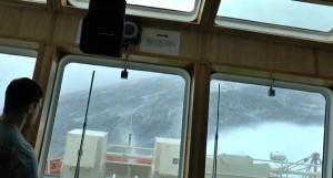 perierga.gr - Πλοίο θαλασσοδέρνεται σε κύματα 35 μέτρων!