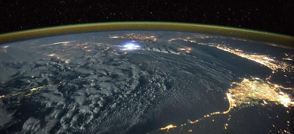 perierga.gr - Καταιγίδες στη Γη από τον Διαστημικό Σταθμό!
