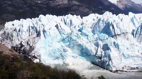 perierga.gr - Παγετώνας καταρρέει σε ποταμό στην Παταγονία!