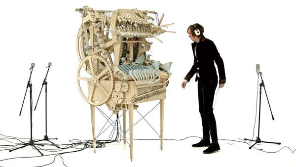 perierga.gr - Παράξενο μουσικό όργανο λειτουργεί με 2.000... βόλους!