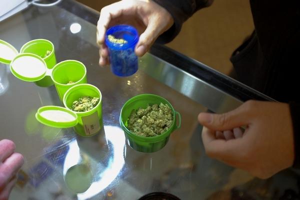 perierga.gr - H ΝASA ζητά εθελοντές να καπνίζουν μαριχουάνα έναντι 16.500 ευρώ!