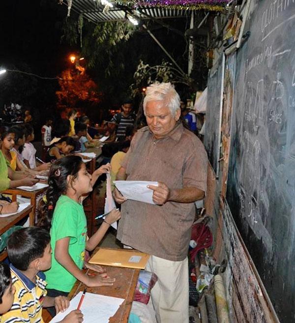 perierga.gr - Σχολείο στον δρόμο για τα άπορα παιδιά στην Ινδία!