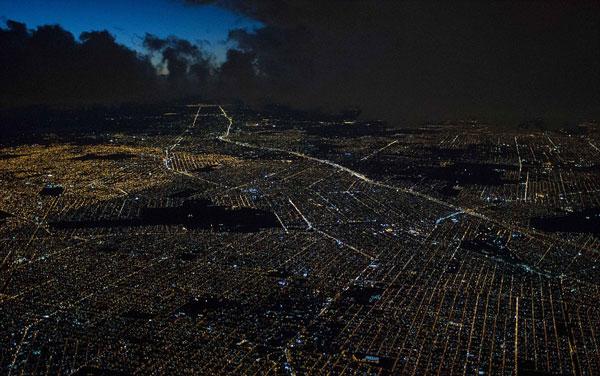 perierga.gr - Πιλότος φωτογραφίζει φωτισμένες πόλεις
