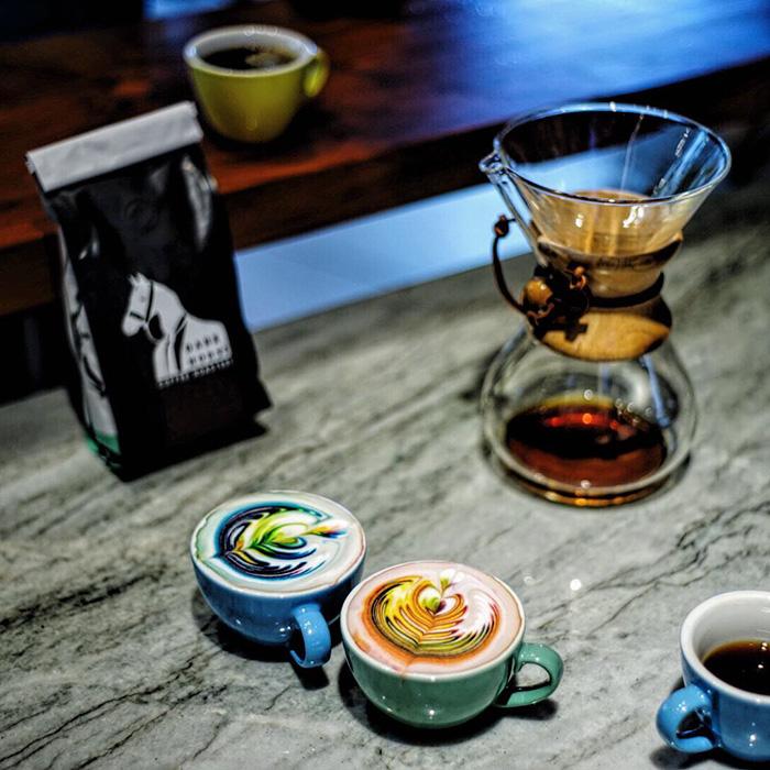 perierga.gr - Πολύχρωμο latte art αλλάζει την εμφάνιση του καφέ!