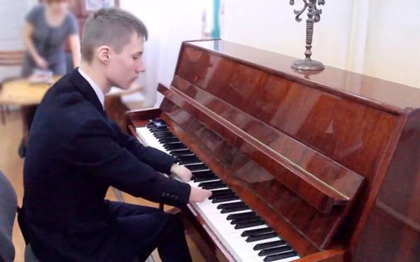 perierga.gr - Γεννήθηκε χωρίς δάχτυλα κι έγινε δεξιοτέχνης… πιανίστας!