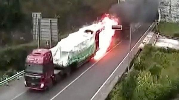 perierga.gr - Φλεγόμενο φορτηγό βγαίνει από τούνελ!