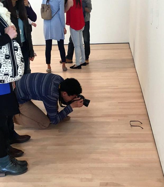 perierga.gr - Άφησε τα γυαλιά του σε πάτωμα γκαλερί και τα πέρασαν για έργο τέχνης!