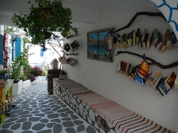 perierga.gr - Ανοιχτή βιβλιοθήκη κερδίζει τις εντυπώσεις στην Κίμωλο!