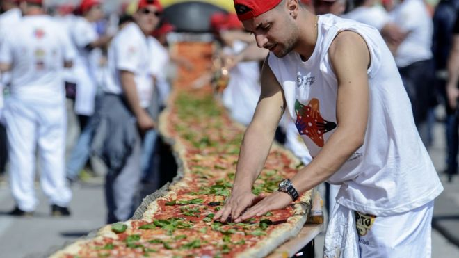 perierga.gr - Πίτσα δύο χιλιομέτρων στη Νάπολη μπήκε στο βιβλίο Γκίνες!