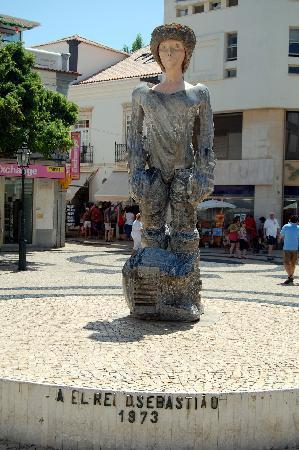perierga.gr - Πήγε να βγάλει selfie με άγαλμα 126 ετών και το διέλευσε!