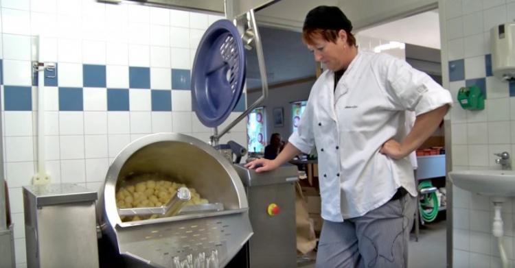 perierga.gr - Έβαλαν κάμερες σε σχολικό κυλικείο για να δουν πώς φτιάχνονται τα φαγητά!