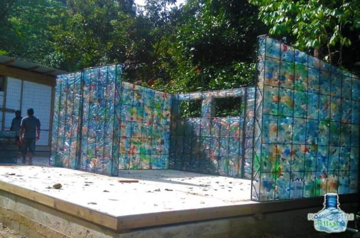 perierga.gr - Το πρώτο χωριό στον κόσμο με σπίτια από πλαστικά μπουκάλια!