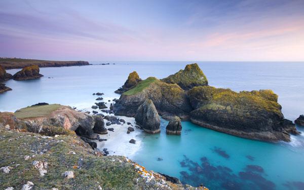 perierga.gr- Kynance Cove: Η πρασινογάλαζη παραλία της Βρετανίας!