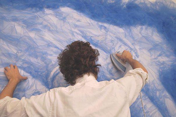 "perierga.gr - Καλλιτέχνης σιδερώνει το ύφασμα δημιουργώντας απίθανους ""πίνακες""!"