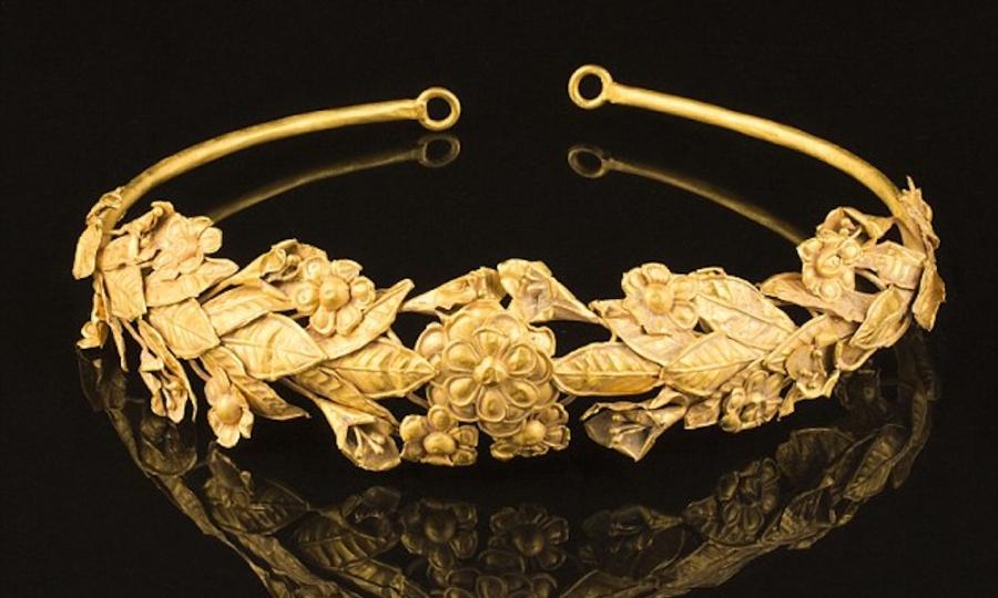 perierga.gr - Bρήκε αρχαίο ελληνικό χρυσό στέμμα 2.300 ετών κάτω από το... κρεβάτι του!