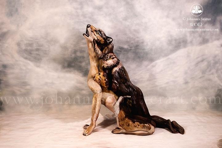 perierga.gr - Τρία γυναικεία σώματα... ένας λύκος!