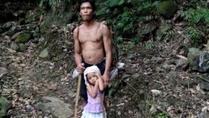 perierga.gr - 5χρονη καθοδηγεί τον τυφλό πατέρα της κάθε μέρα στη δουλειά!