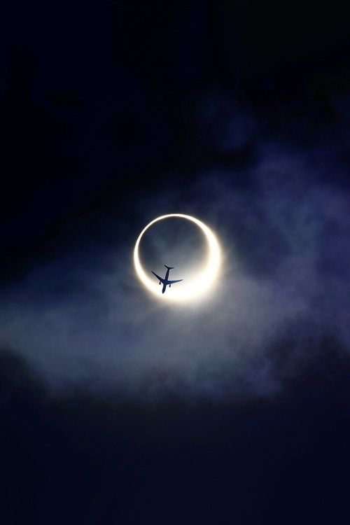 perierga.gr - Aεροπλάνα... φλερτάρουν με το φεγγάρι!