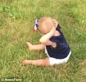 perierga.gr - Xαριτωμένο μωρό κάνει... κοιλιακούς στο πάρκο!