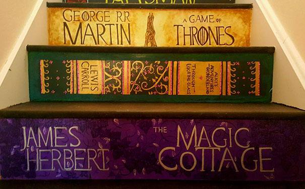 perierga.gr - Zωγράφισε τις σκάλες της με τα αγαπημένα της εξώφυλλα βιβλίων!