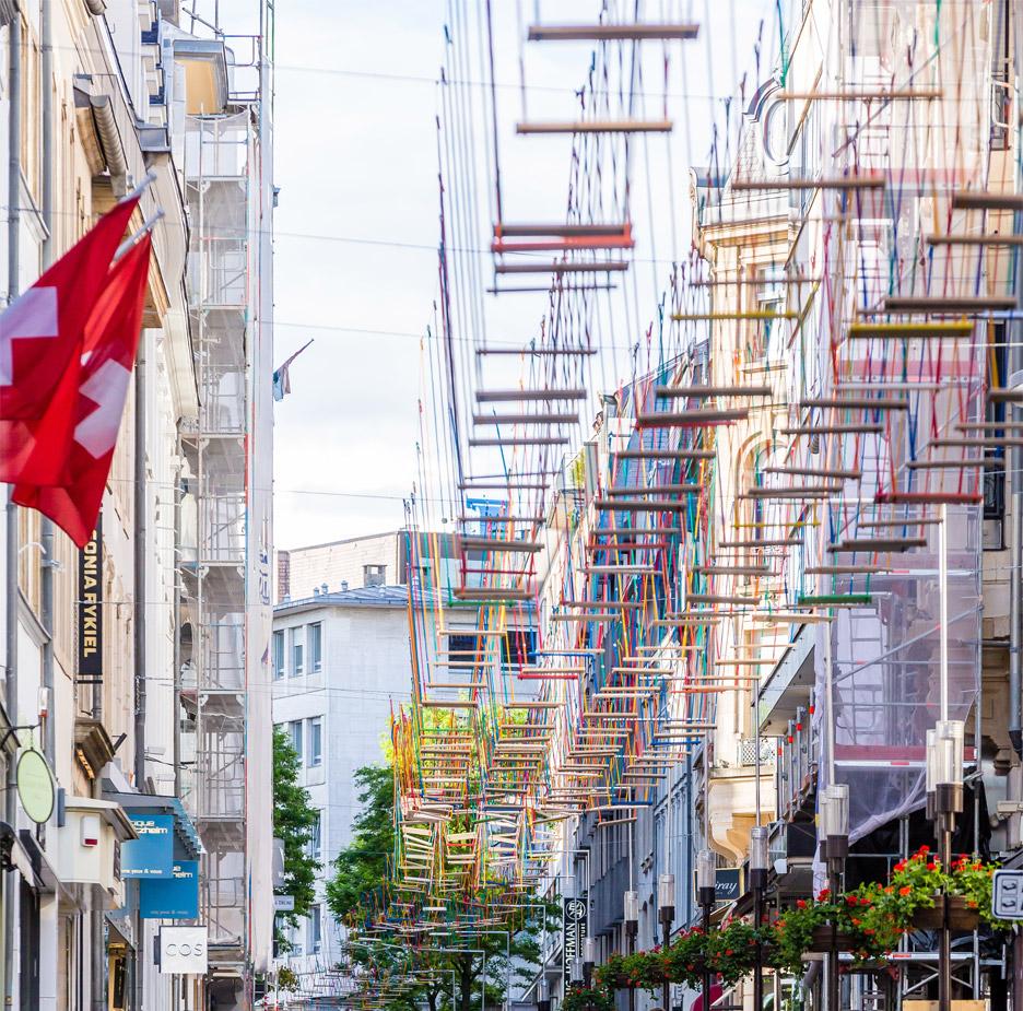 perierga.gr - Εκατοντάδες κούνιες στους δρόμους της πόλης!