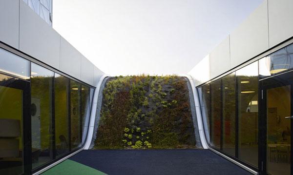 "perierg.gr - Νηπιαγωγείο ""καμουφλάρεται"" κάτω από κυλιόμενη πράσινη στέγη!"