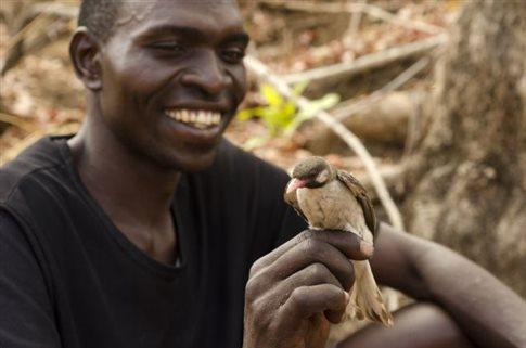 perierga.gr - Μια απίθανη σχέση ανάμεσα στον άνθρωπο και ένα άγριο πουλί!