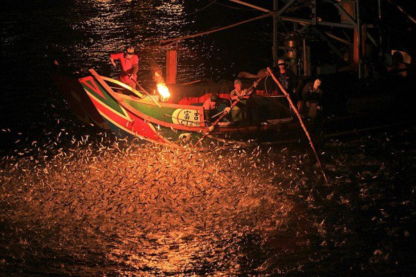 perierga.gr - Ψαρεύοντας με τη φωτιά στην Ταϊβάν!