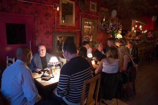 perierga.gr - Βρετανικό μπαρ απαγορεύει τα κινητά στους θαμώνες!