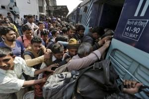 perierga.gr - Απίστευτο! Πώς επιβιβάζονται οι Ινδοί στο τρένο!
