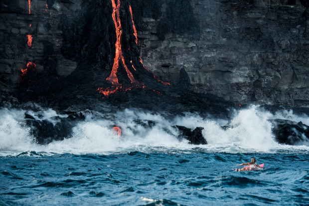 perierga.gr - Γυναίκα κάνει σερφ δίπλα σε ενεργό ηφαίστειο στη Χαβάη!