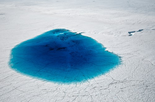 perierga.gr - Γαλάζιες λίμνες εμφανίστηκαν στον παγετώνα της Ανταρκτικής!