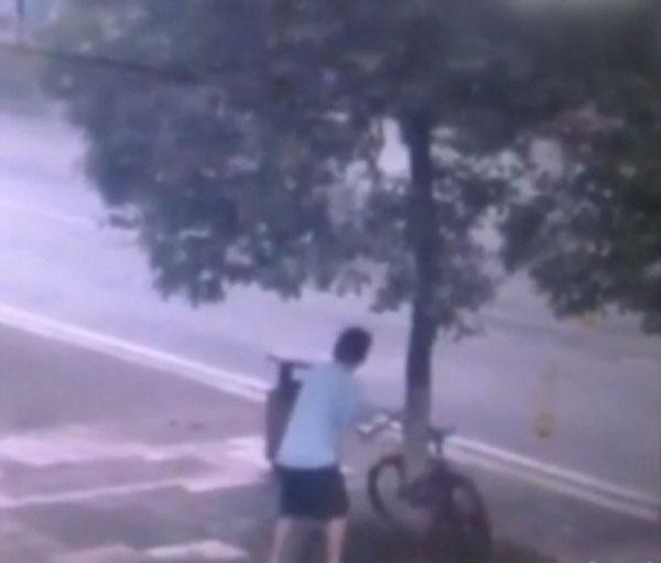 perierga.gr - Κλέβοντας ένα ποδήλατο με ανορθόδοξο τρόπο!