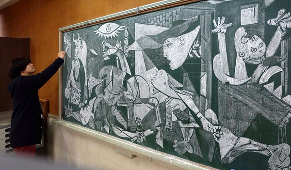 perierga.gr - Καθηγητής εντυπωσιάζει τους μαθητές του με τις ζωγραφιές του στον πίνακα!